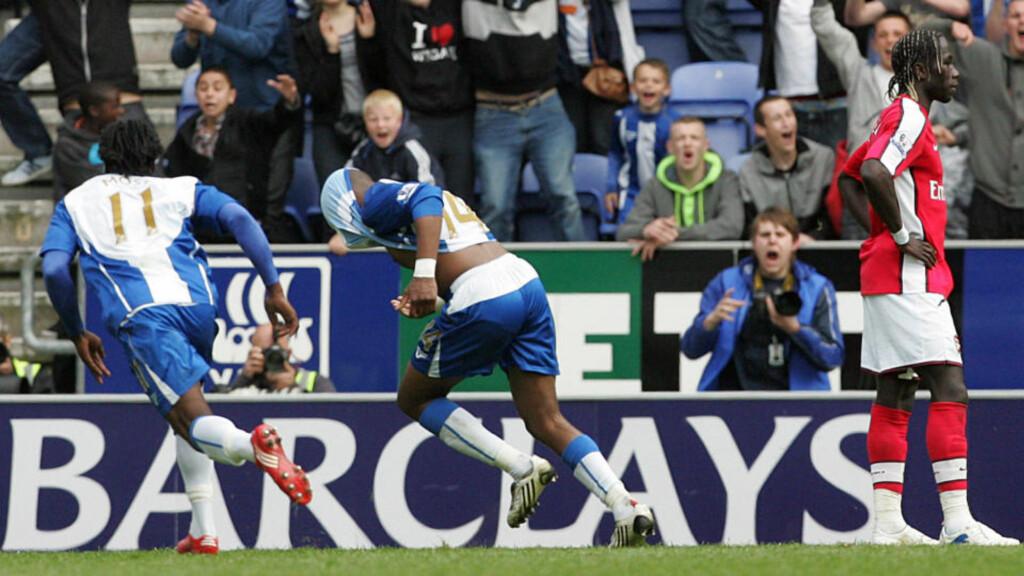 DUMMET SEG UT: Arsenal ledet 2-0 med under et kvarter igjen å spille, men tapte til slutt 2-3 mot Wigan etter Charles N'Zogbias vinnermål på overtid. Foto: AP Photo/Tim Hales