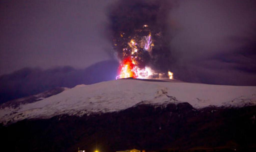 VOLDSOMME KREFTER: Dette bildet er tatt på avstand, men viser kreftene i vulkanutbruddet i Eyjafjallajökull. Foto: Vilhelm Gunnarsson/vilhelmg.com