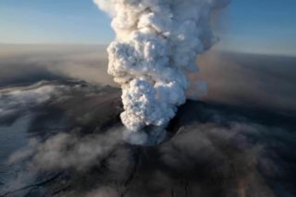SPEKTAKULÆRT: Dette bildet viser asken som velter ut av krateret i Eyjafjallajökull. Foto: AP Photo/Arnar Thorisson/Helicopter.is/Scanpix