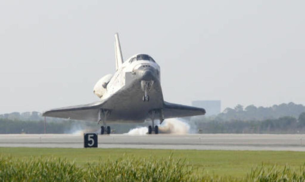 STOREBROR: Det gjenbrukbare, militære romflyet X-37B likner på storebrødrene i romferjeflåten. Forskjellen er at det er ubemannet, mye mindre og bærer hemmelig last. Dette er det første romfartøyet siden romferjene kom på 80-tallet som kan bringe eksperimenter tilbake til jorda, ifølge U.S. Air Force. Foto: AFP PHOTO/Bruce Weaver/SCANPIX