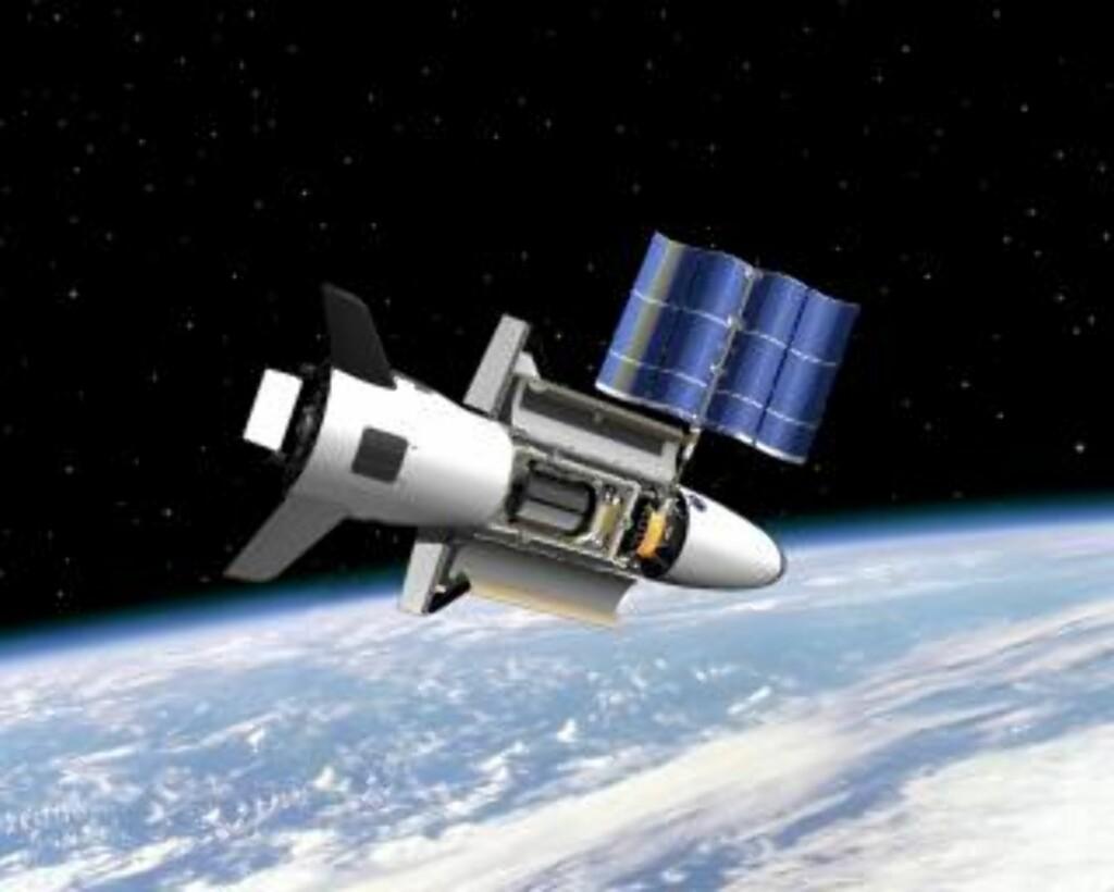 HØYT OPPE: Romflyet kan tilbringe opptil 270 dager i omløpsbane. Satellittspottere verden over forsøker nå å avsløre den. EPA/NASA/BOEING PHANTOM WORKS