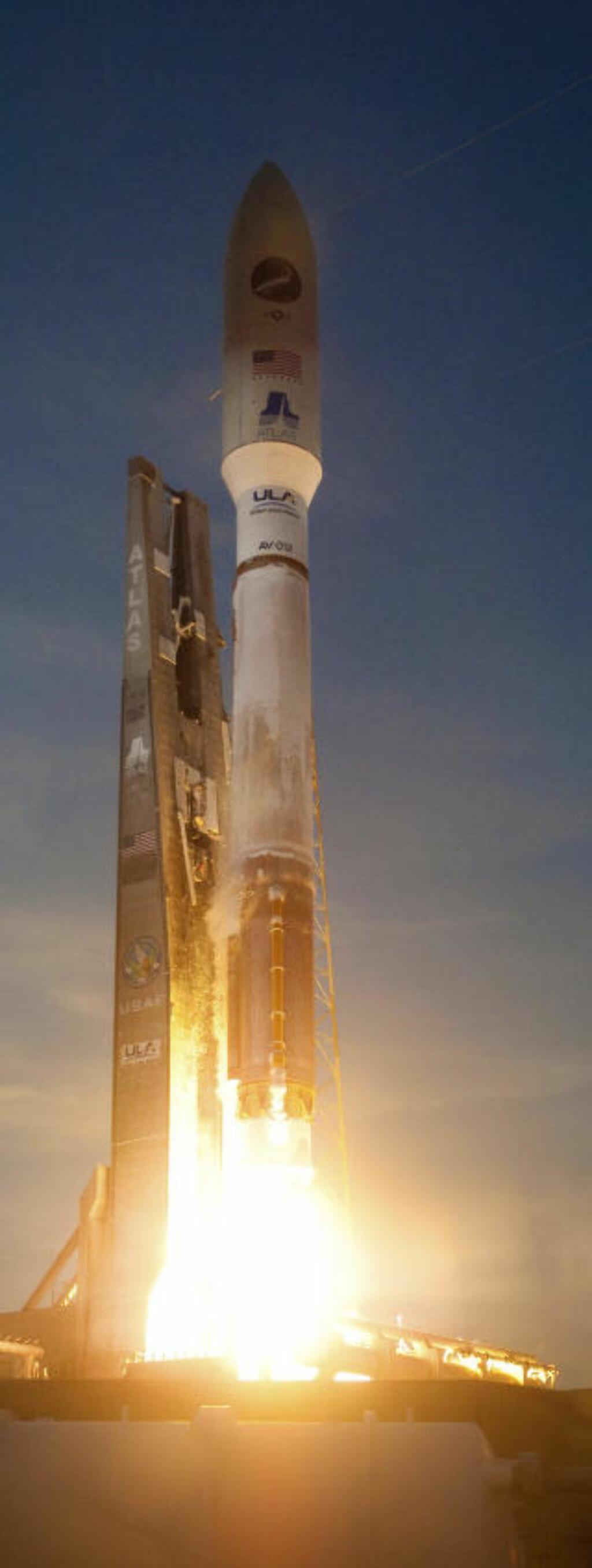 I TOPPEN: En Atlas V-rakett fra United Launch Alliance ble skutt opp med romflyet fra Cape Canaveral Air Force Base i Florida. Militærbasen ligger vegg i vegg med NASAs Kennedy Space Center, hvor alle romferjene skytes opp. Foto: REUTERS/Pat Corkery/United Launch Alliance/Handout