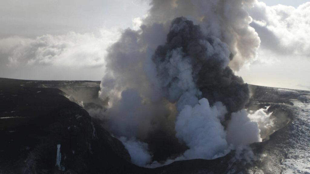 MILLIARDKOSTNADER: Røyk og aske stiger til værs fra vulkanen under isbreen Eyjafjallajökull. Den islandske hovedstaden Reykjaviks flyplass Keflavik måtte fredag holde stengt, for første gang siden utbruddet i Eyjafjallajökull begynte for halvannen uke siden. Anslagene over flyselskapenes tap på askekrisen har økt til over 13,5 milliarder kroner. Foto: REUTERS / Ingolfur Juliusson / SCANPIX
