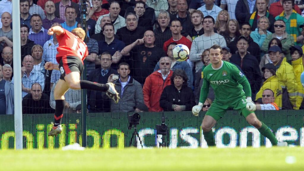 ÅPNET TITTELKAMPEN PÅ VIDT GAP: Sir Alex Ferguson hadde forsonet seg med tanken på 0-0, ett poeng og et definitivt farvel til Premier League-tittelen da Paul Scholes dukket opp og headet inn seiersmålet mot Manchester City. Denne uka har han registrert en ny og piggere United-utgave på treningsfeltet. Foto: AFP PHOTO/ANDREW YATES