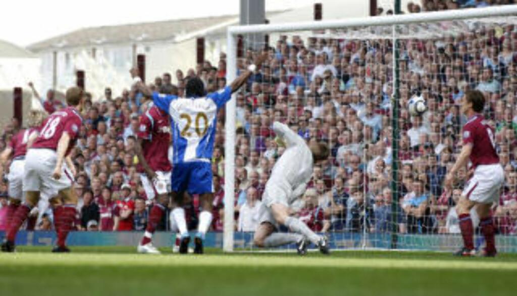 SELVMÅL: Pangstart for Wigan da Jonathan Spector scoret selvmål etter fire minutter. Foto: Sang Tan / AP.