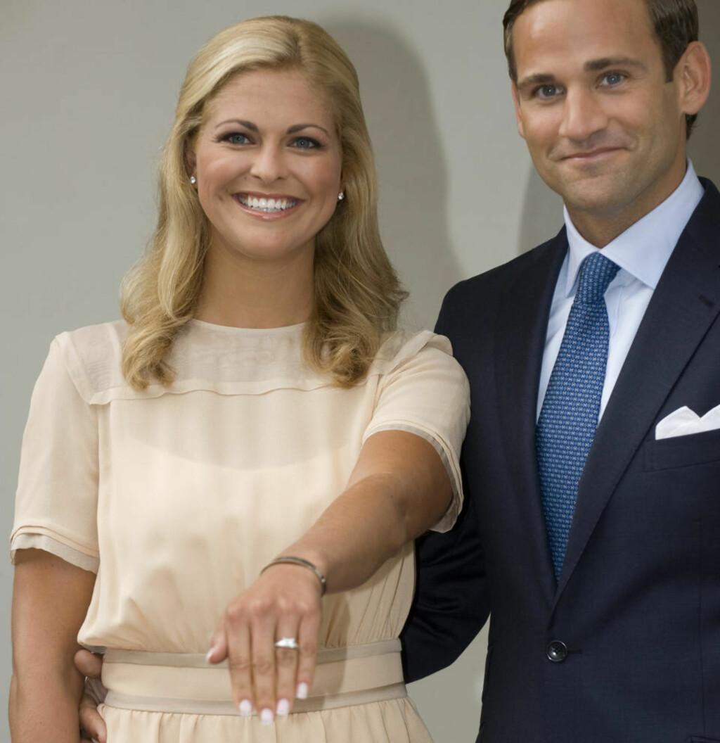 LYKKELIGERE TIDER: Prinsesse Madeleine og juristen Jonas Bergström offentliggjorde sin forlovelse på Öland 11. august 2009. Nå er det slutt. Foto: Fredrik Sandberg / SCANPIX