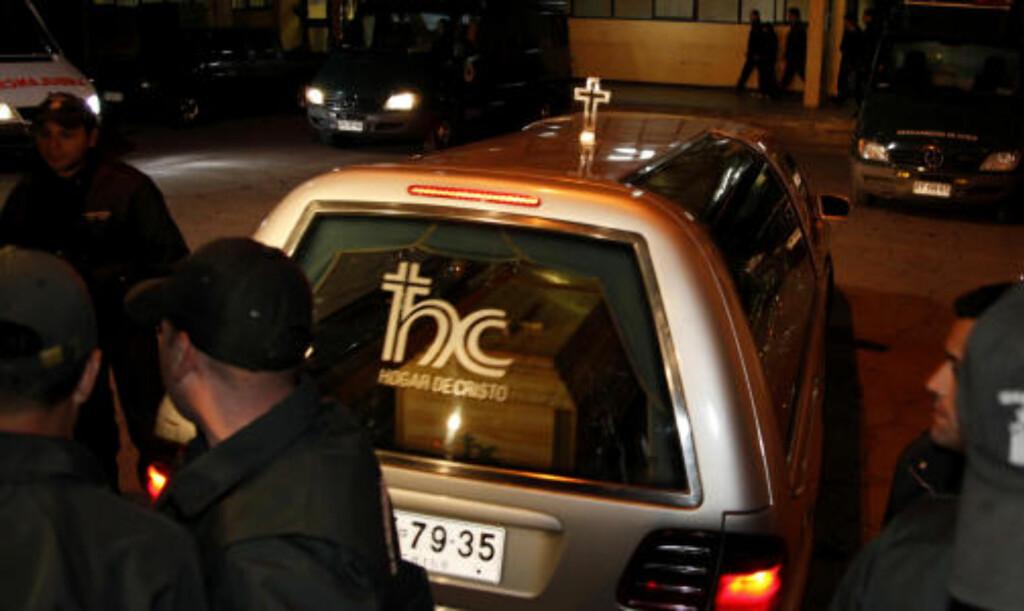 HJERTEFEIL: Kisten med Paul Schäfer kjøres vekk fra fengselet i Santiago i går. REUTERS/Patricio Valenzuela/SCANPIX