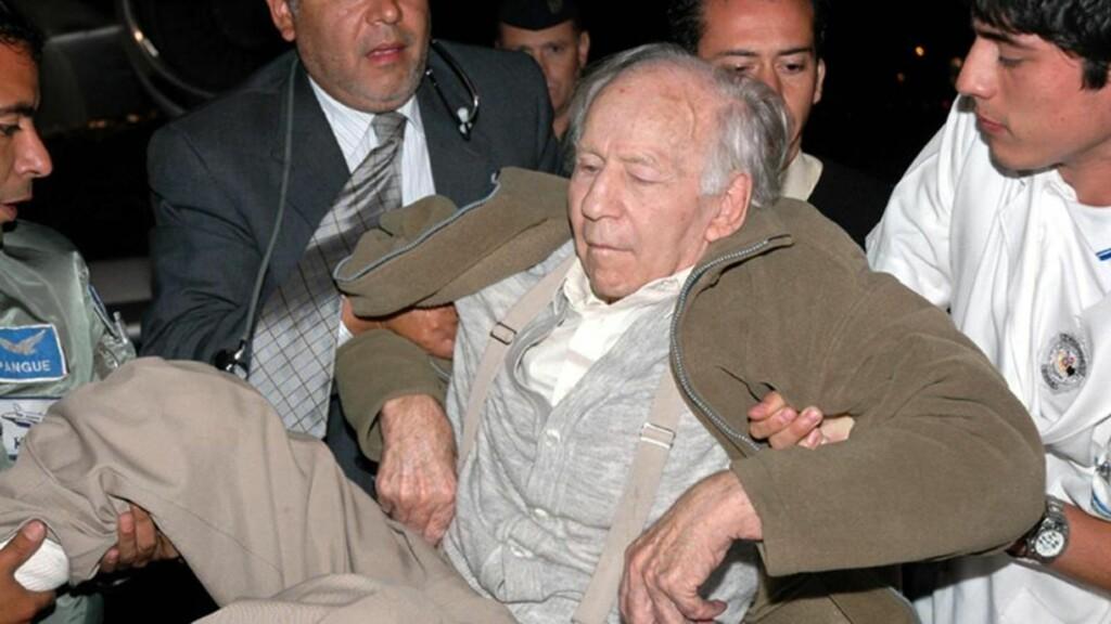 PÅGREPET: Eksnazien ble notorisk sektleder i Chile. Her blir han pågrepet i en politiaksjon i Argentina i 2005 etter at han hadde vært på flukt fra chilenske myndigheter. Chile dømte han for å seksuelt misbrukt 25 barn i sin sekt sør i Chile. I går døde han av en hjertefeil på et fengelssykehus i Chile. AFP/SCANPIX