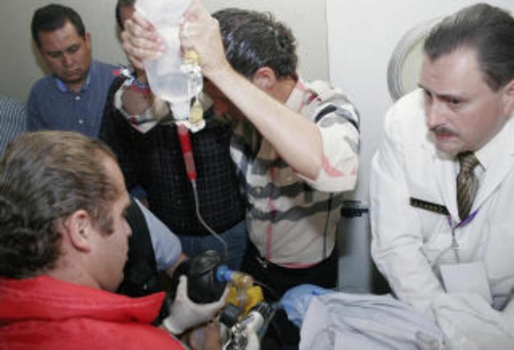 DRAMATISK: Leger kjempet desperat for å støppe blødningen. Jose Tomas ligger nå i koma på sykehus. Foto: AFP