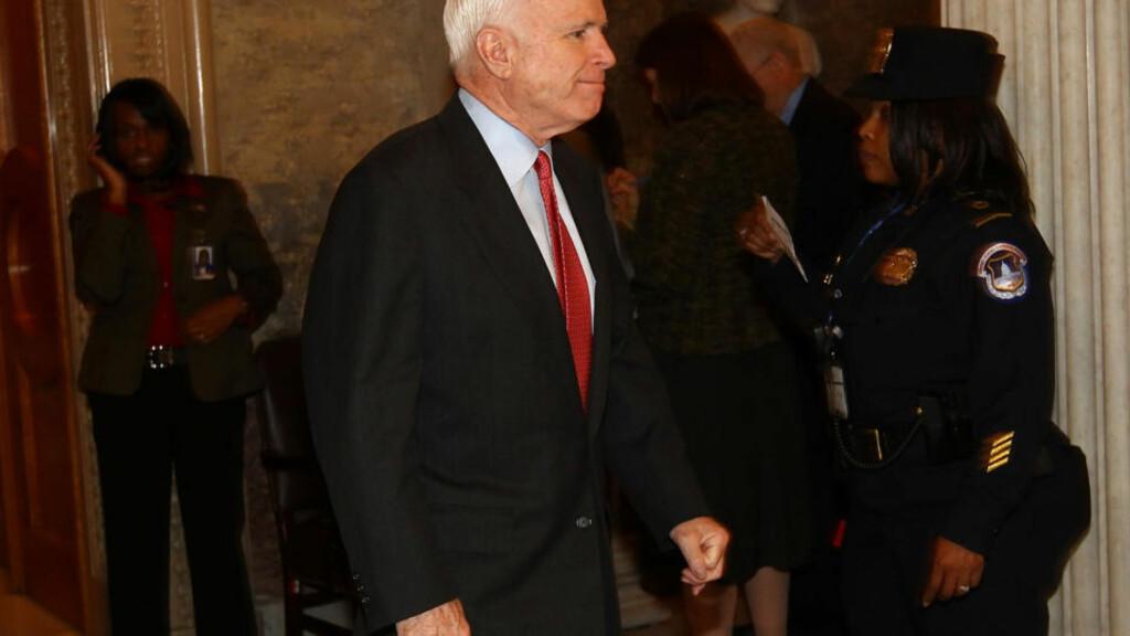 REPUBLIKANERNES KVELD:  Tapende presidentkandidat John McCain, republikansk senator fra Arizona, med fornøyd mine i Senatet etter at republikanerne stanset Obama-regjeringens forslag til reform av finansnæringen. Obama trengte 60 stemmer, opptellingen viste 57-41. FOTO: GETTY MAGES/AFP/SCANPIX.