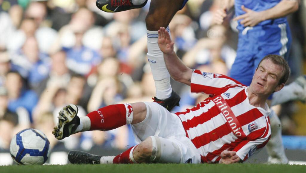 TØFT PÅ BANEN, TØFFERE I GARDEROBEN: Glenn Whelan og Stoke-spillerne lyktes med lite på banen mot Chelsea. Foto: AP/Sang Tan