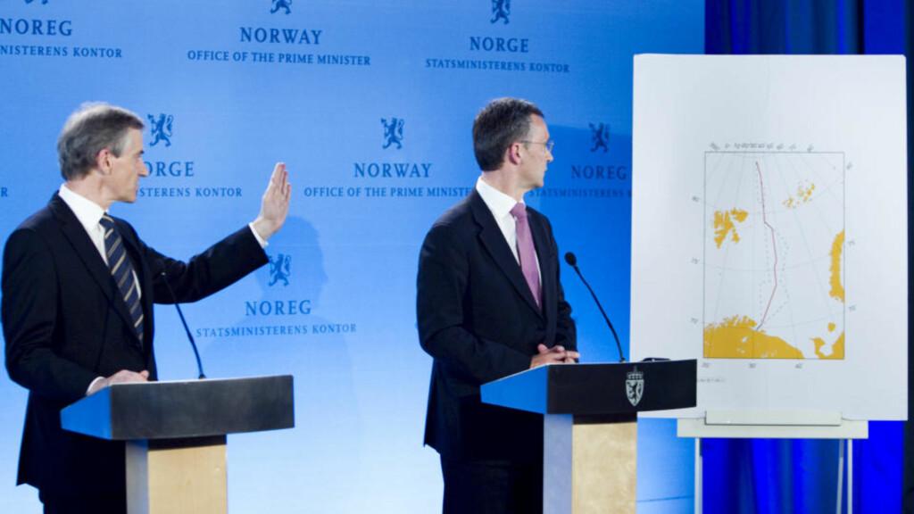 BLE ENIGE:  Statsminister Jens Stoltenberg og utenriksminister Jonas Gahr Støre informerte pressen om delelinjen i Barentshavet i dag. Foto: Heiko Junge / Scanpix