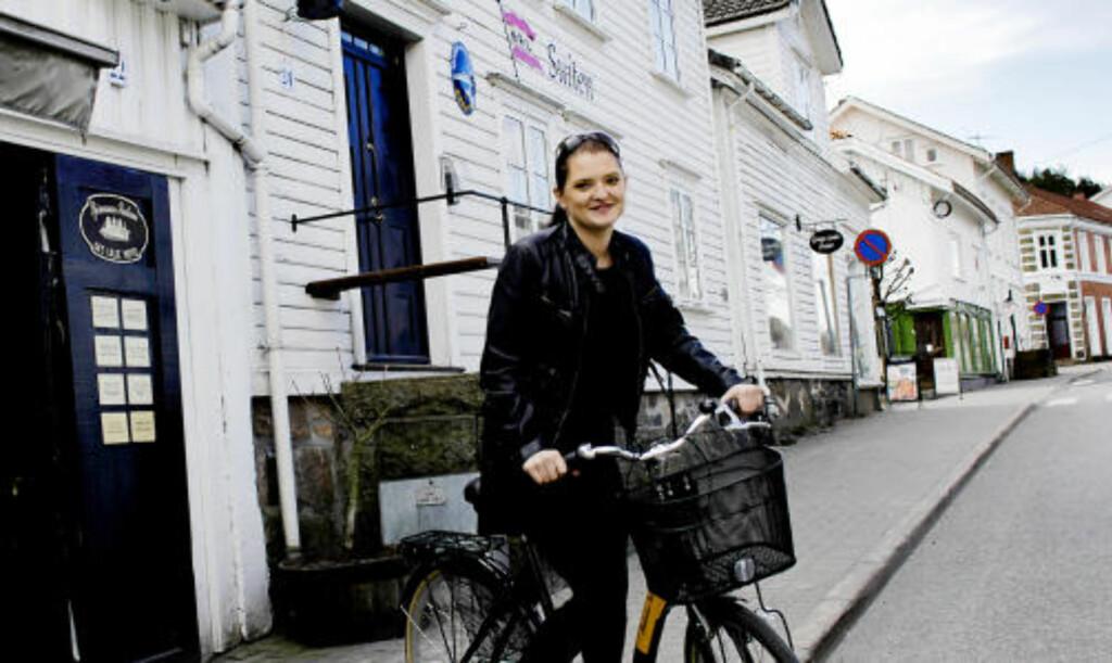 SYKKEL: Maria Aspesæter er daglig leder for Det Lille Hotel og sykler fra den ene Sjømannsuiten til den andre.