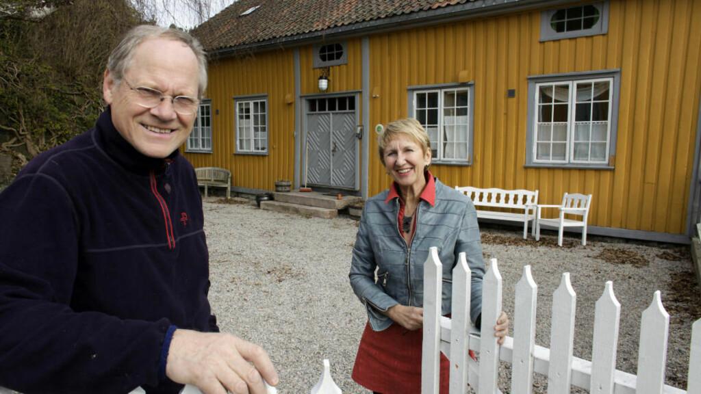 VATIKANET: Barbro Printzell og Oddvar Halvorsen kjøpte huset, som er bygget i 1750, av Risør kommune i 2002. Navnet Vatikanet sies å komme av at det ble oppført av en lokal kakse som oppførte seg ganske så pavelig. Her finnes 4 hotellsuiter. Alle foto: Ole C. H. Thomassen