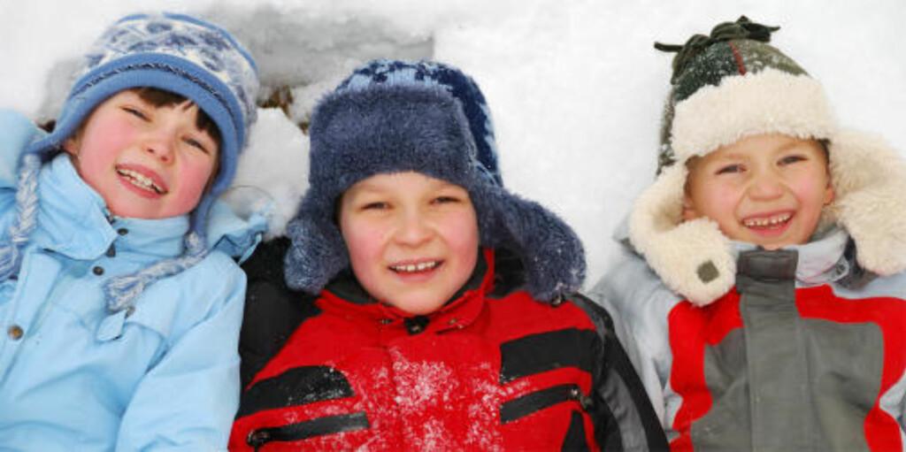 TREKLØVER: Barna er plassert tett sammen, og samhørigheten understrekes av den matchende påkledningen.