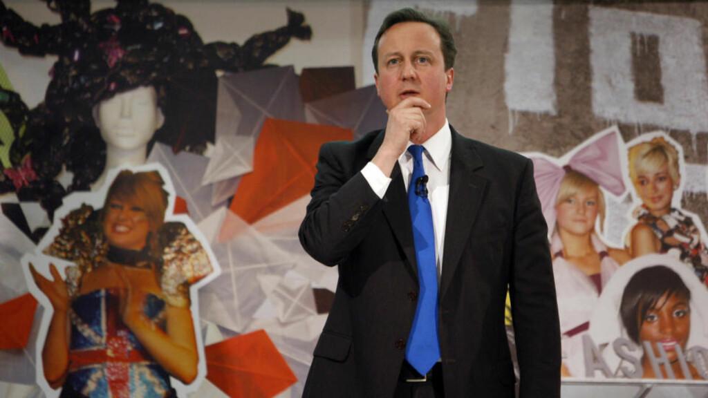 MOT SENTRUM: Partileder David Cameron representerer en ny og mer moderne, postthatcheristisk generasjon av det konservative partiet. Men etter en tid med solid ledelse på Labour, nærmer de to partiene seg hverandre i oppslutning. Foto: Reuters/Scanpix