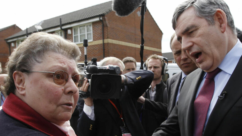 GLEMTE MIKROFONEN: Statsminister Gordon Brown glemte «myggen» på jakka etter samtalen med 66 år gamle Gillian Duffy. Da han forlot valgkampbidraget i Rochdale fortalte han rådgiverne i bilen hva han egentlig mente om kvinnen. Det hele for åpen mikrofon. Foto: REUTERS/Suzanne Plunkett/SCANPIX