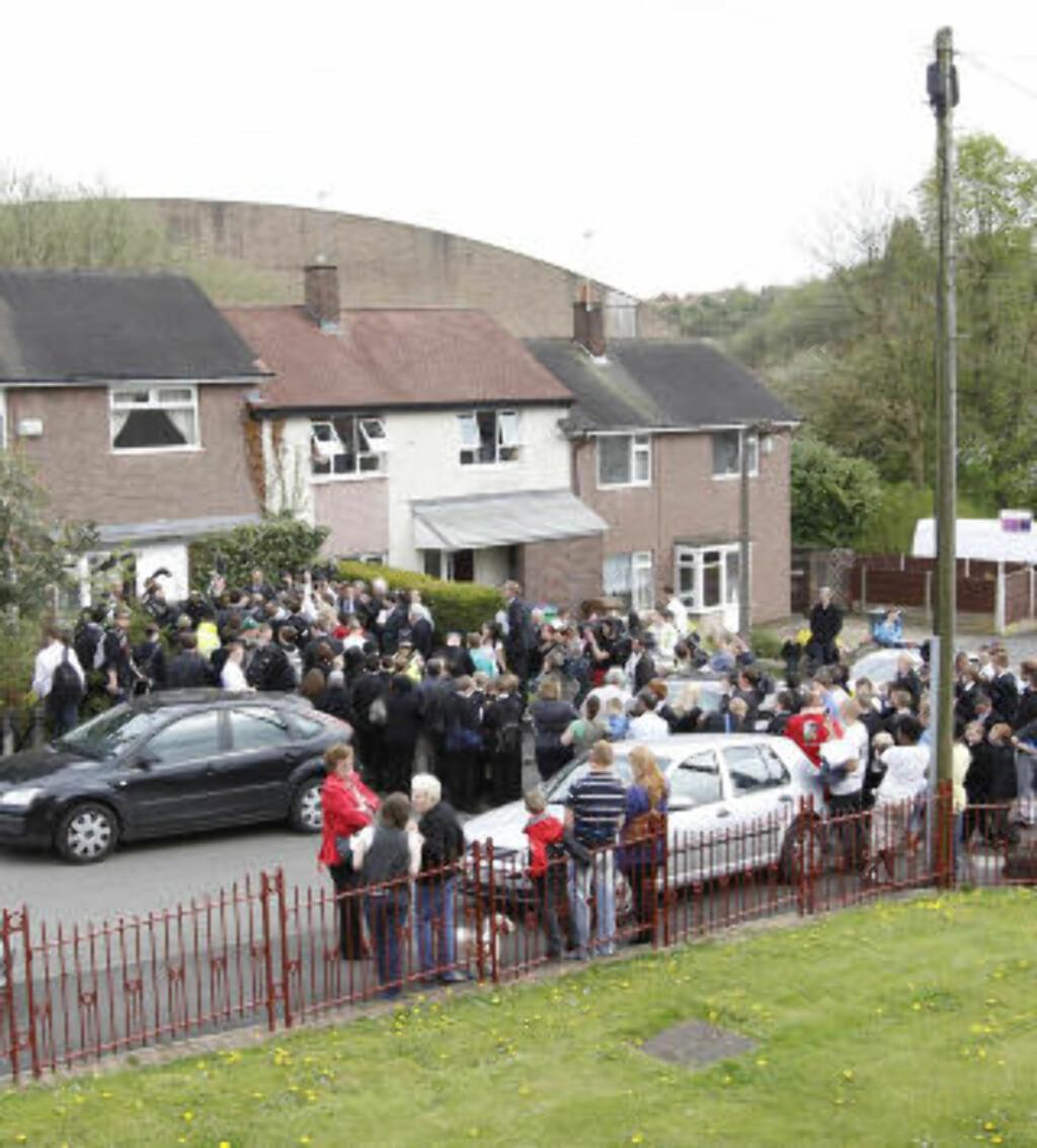 BELEIRET: Det tok ikke lang tid før pressen flokket seg utenfor Gillians beskjedne hjem i Rochdale. Foto: SUZANNE PLUNKETT/REUTERS/SCANPIX