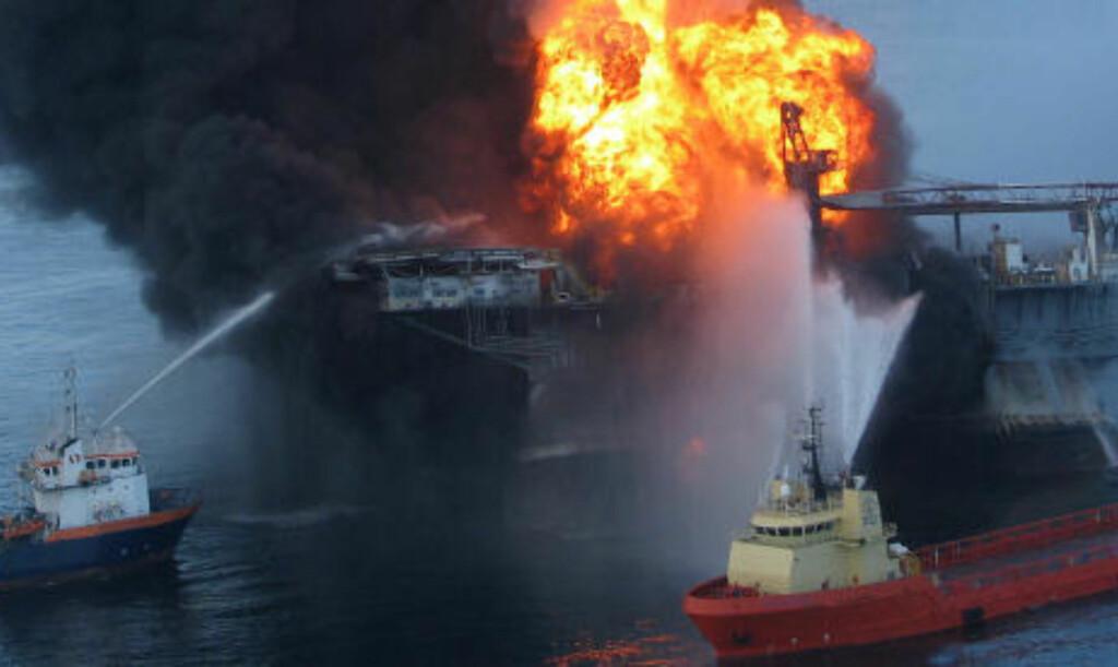 SANK TIL BUNNS: Brannmannskaper forsøkte lenge å slukke flammene på oljeriggen Deepwater Horizon i Mexicogolfen. Men brannen tok ikke slutt før plattformen sank torsdag forrige uke. Foto: REUTERS/SCANPIX