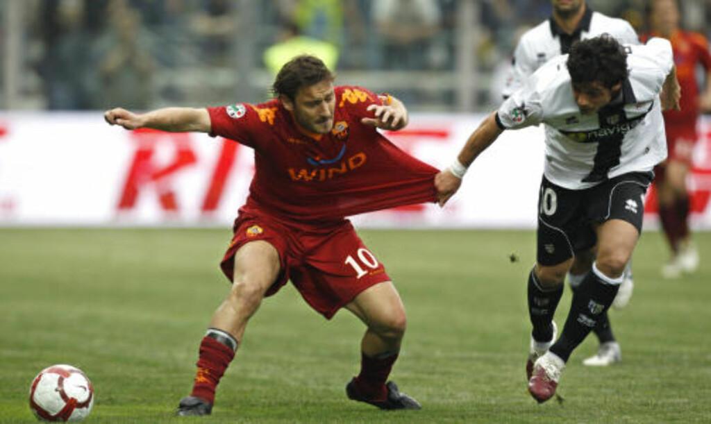 NESTEN USTOPPELIG: Romas Francesco Totti holdes i trøya av Blerim Dzemaili. Foto:REUTERS