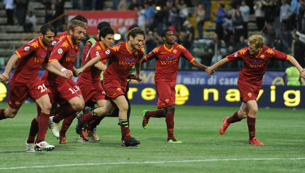 NY JUBELKVELD: Roma-spillerne feirer med fansen etter den viktige seieren mot Parma. Nå er presset på Inter. Foto: AFP