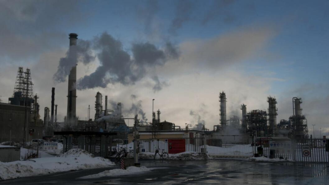 <strong>INGEN RENSING:</strong> Rensingen av gasskraftverket på Mongstad har vært et stridstema lenge. SV gikk motvillig med på oppstart av anlegget, uten CO2-rensing de første årene. Nå er altså rensingen ytterligere utsatt. Foto: Marit Hommedal / Scanpix