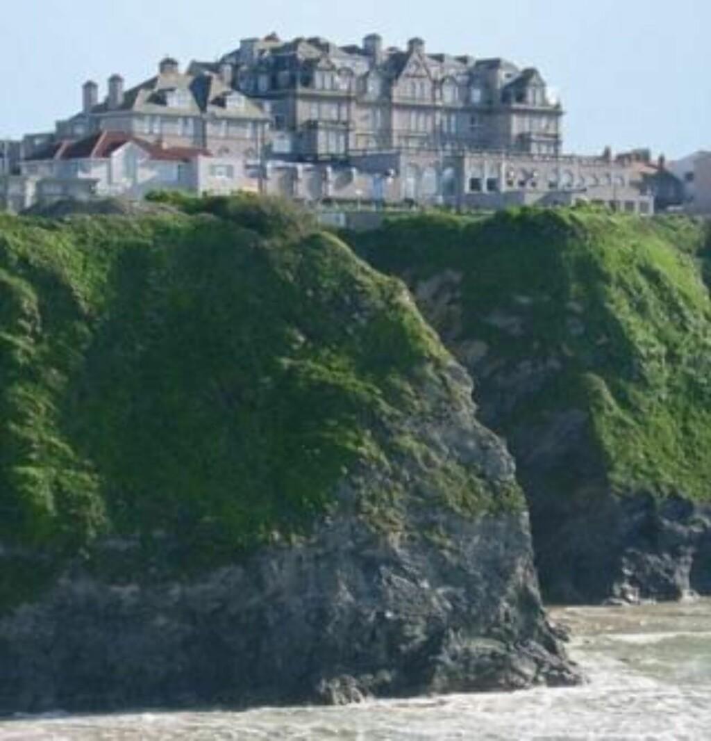 HØYE KLIPPER: Hvis du vil fra hotellet og ned på stranden, er heis eneste mulighet med mindre du velger båtveien. Heisen raste 30 meter fra topp til bunn i går. Foto: Victoria hotel