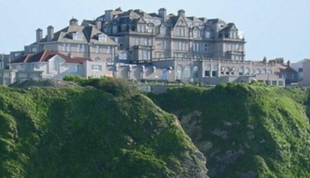 HEISTRØBBEL: Gjestene på dette hotellet kan vanligvis ferdes trygt fra toppen av klippene og ned til stranden under ved hjelp av en heis. Denne heisen raste i fritt fall i går. Foto: Hotel Victoria