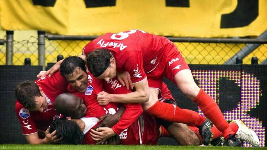 SERIEMESTERE: Bryan Ruiz i FC Twente ligger nederst i haugen etter å ha scoret mot NAC Breda og sikret Twente sitt første seriegull. Foto: EPA/KOEN VAN WEEL