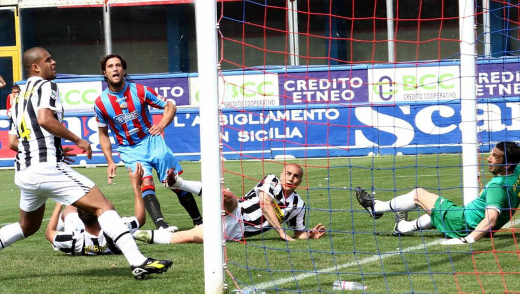 FIASKO-SESONG: Gianluigi Buffon (t.h) slapp inn det ene målet som ga Catania ett poeng mot storklubben i helgen. Foto: AP/Francesco Pecoraro