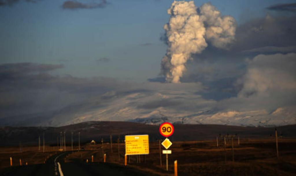 SPYR UT: Utbruddet fra vulkanen under breen Eyjafjallajökull på Island tar ikke slutt med det første. Intensiviteten har økt de siste dagene. Foto: AFP PHOTO/Emmanuel Dunand/SCANPIX