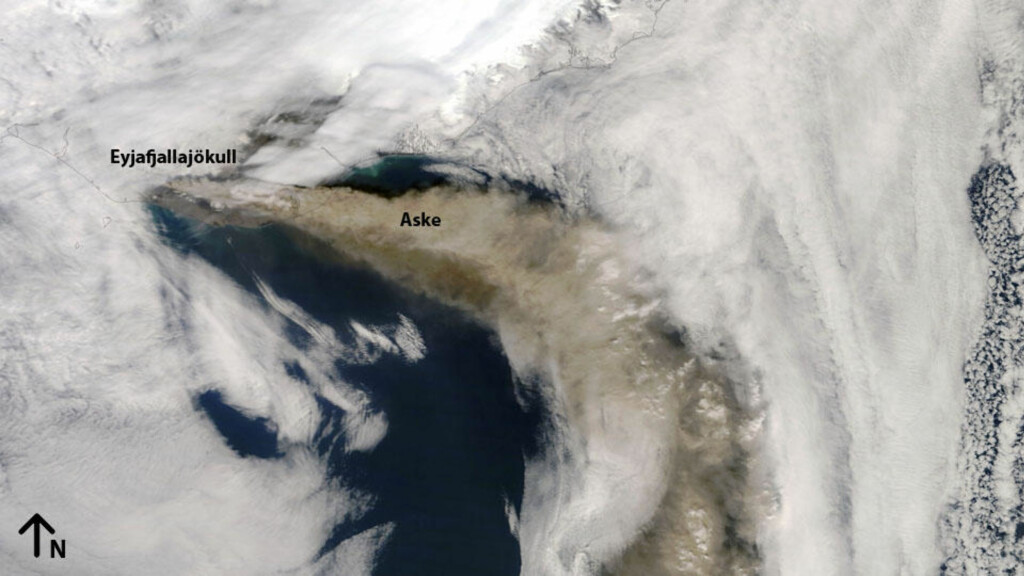 GÅR SØR: Dette bildet ble tatt av NASAs jordobservasjonssatellitt Terra i går. Et høytrykk dirigerer heldigvis asken sørover - bort fra Norge og mesteparten av det kontinentale Europa. Foto: NASA