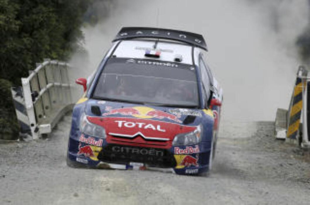 <strong>KJØRTE INN I BRU:</strong> Sebastoen Loeb har trøbbel i Rally New Zealand. Foto: AP/NZPA, Wayne Drought