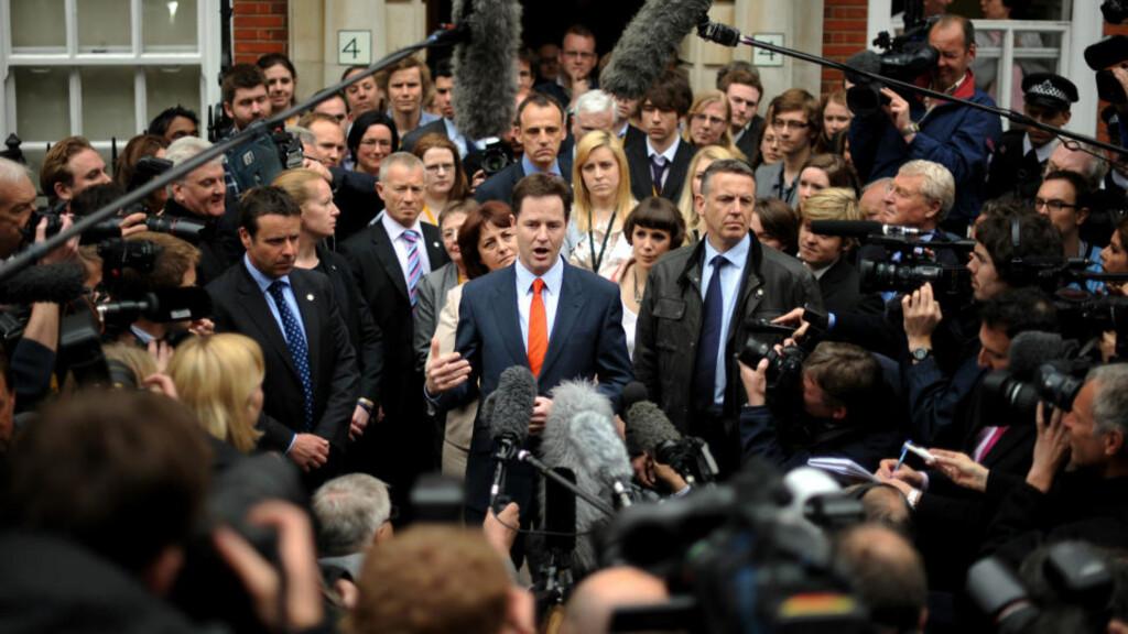 ETTERTRAKTET: Nick Clegg var den alle ventet på, dagen da Storbritannia våknet til et «hung parliament».  Foto: AFP PHOTO/ BEN STANSALL/SCANPIX