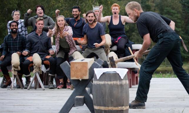 VANT: Sørlendingen Oddvar Jenssen (33) var uslåelig i sleggekonkurransen mot Lasse Bergseter (49). I bakgrunnen jubler meddeltakerne. Foto: Alex Iversen / TV 2