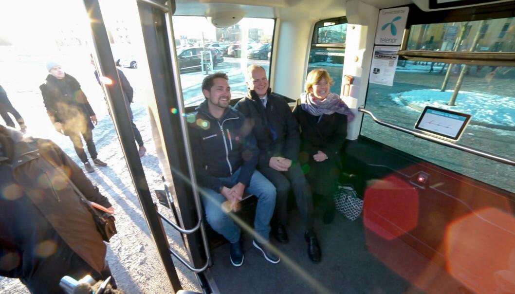 <strong>TESTKJØRER:</strong> Fra venstre: Administrerende direktør i Kolonial.no, Karl Munthe-Kaas, samferdselsminister Ketil Solvik-Olsen og ordfører i Bærum, Lisbeth Hammer Krog i den selvkjørende bussen på Fornebu. Foto: Per Ervland