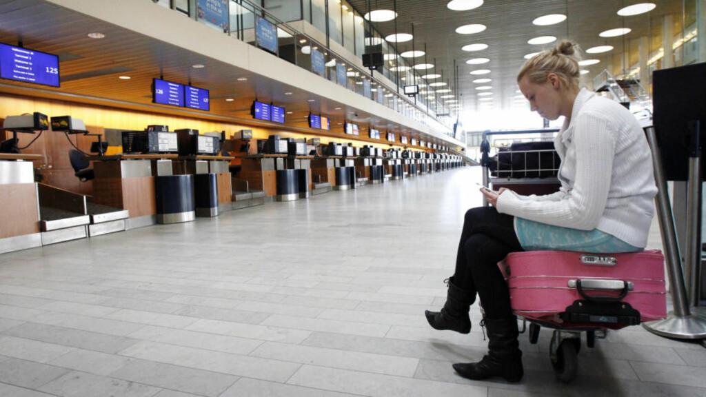 KAN SKJE IGJEN: Her sitter en kvinne på et asketomt Kastrup 16. april. Nå kan luftrommet over Danmark måtte stenges igjen. Foto: REUTERS/Bob Strong