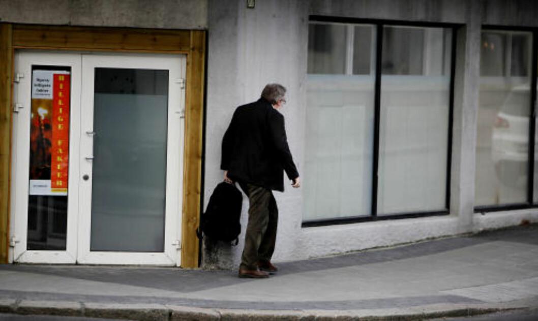 <strong>STENGT FOR INNSYN:</strong> Bak disse plastdekkede vinduene i Haugesund styres SOS Rasisme. Hovedkasserer Kjell Gunnar Larsen (53) er mannen alle tillitsvalgte og ansatte i organisasjonen peker på når Dagbladet stiller spørsmål om alt fra medlemsrot til valgkomiteer. Her forlater han kontoret etter en 10 timers arbeidsdag torsdag forrige uke. Foto: Jacques Hvistendahl/Dagbladet