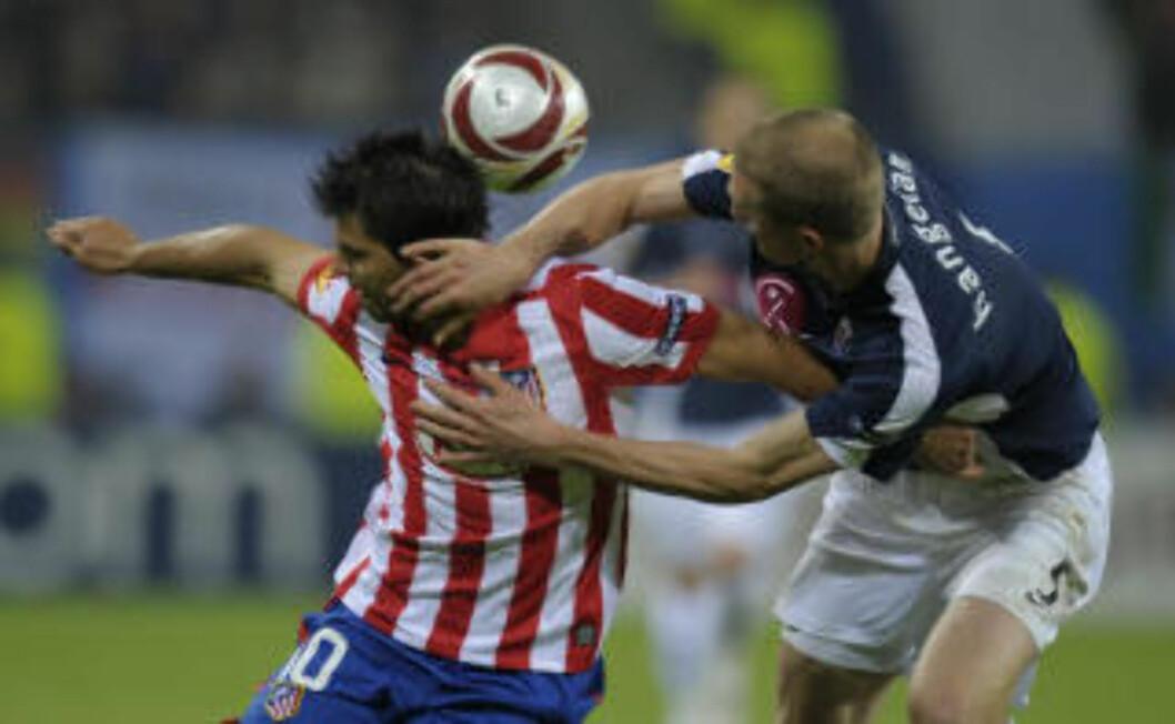 <strong>TØFFE TAK:</strong> Brede Hangeland og Sergio Agüero var i flere dueller underveis. Sistnevnte ville også ha straffe like før ordinær tid var omme. Foto: AFP PHOTO / LLUIS GENE