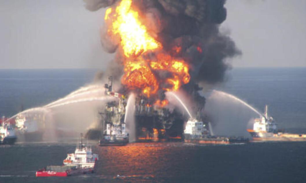 <strong>HER STARTET DET:</strong> Riggen Deepwater Horizon eksploderte og tok fyr 20. 11 personer er fortsatt savnet. april. Foto: REUTERS/U.S. Coast Guard/SCANPIX