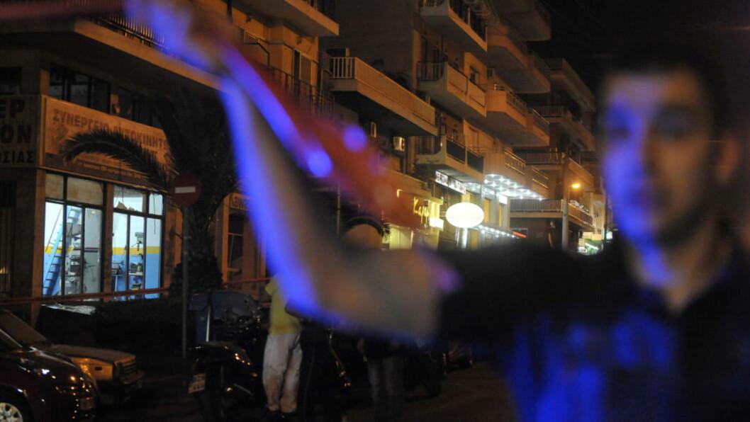 <strong>DRAMATISK:</strong> Politifolk sikrer området der bomben gikk av. Foto: AFP/LOUISA GOULIAMAKI/Scanpix