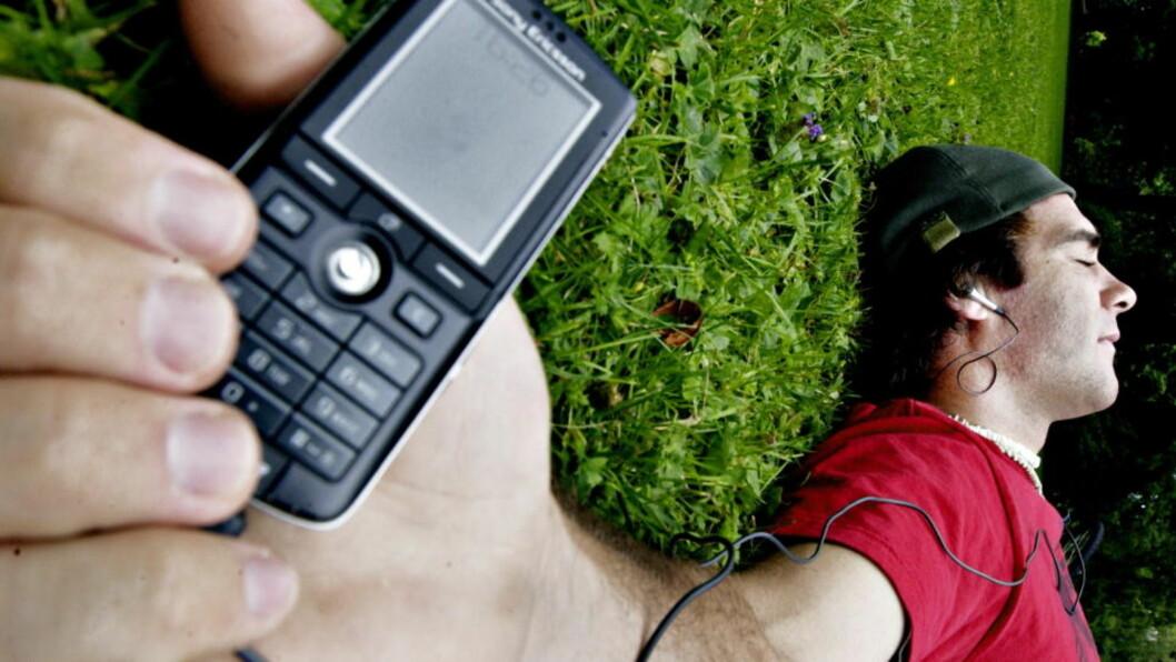 <strong>MUSIKK PÅ MOBIL:</strong> Du må være nedsnødd ungkar for å tro at verdens største stereoanlegg gir deg status i 2010. Nå har alle og enhver all verdens låter på mobilen eller mp3-spilleren.  Foto: Lars Myhren Holand