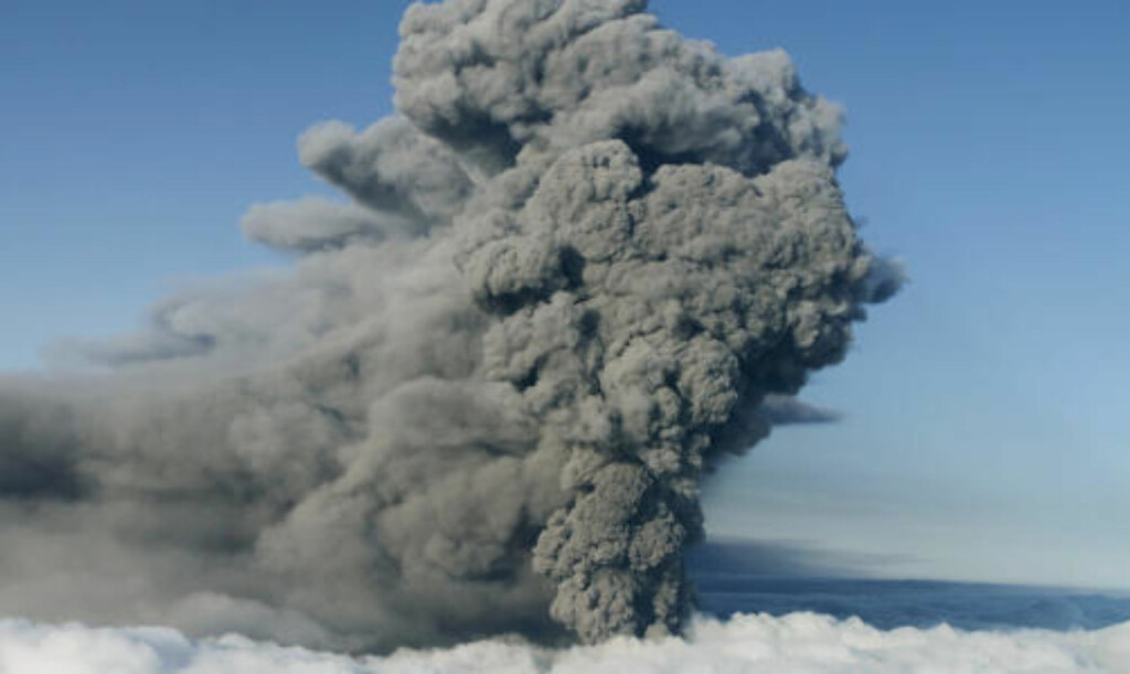 ASKESKYEN I GÅR: Slik så det ut i luftrommet over vulkanen Eyjafjallajokull på Island i går. FOTO: REUTERS/Ingolfur Juliusson