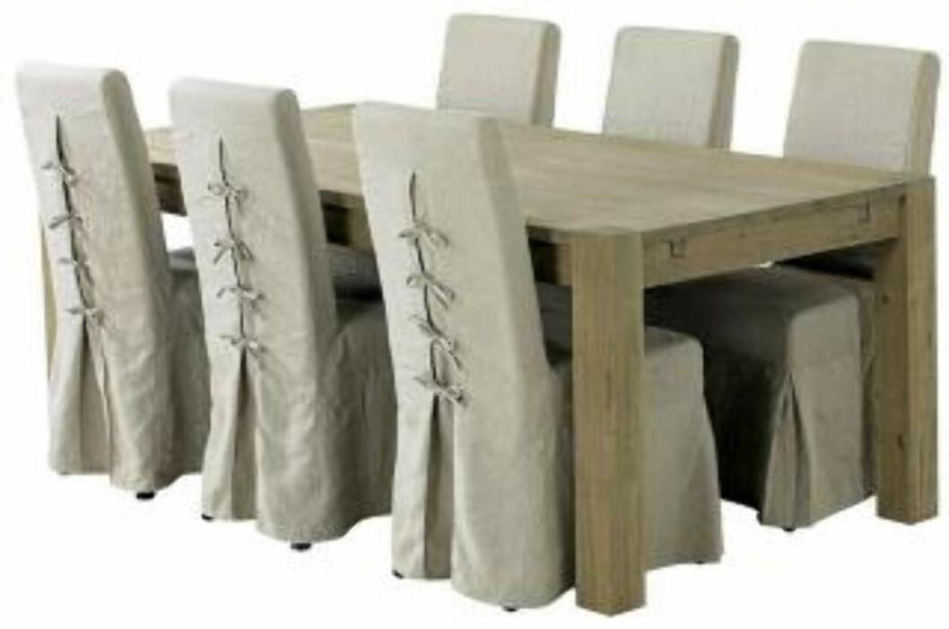 <strong>RUSTIKT:</strong> Spisebord i rustikk stil fra Living. Det er lurt å investere i behagelige spisestoler på hytta, så man kan sitte lenge utover sommerkveldene. Foto: Produsenten