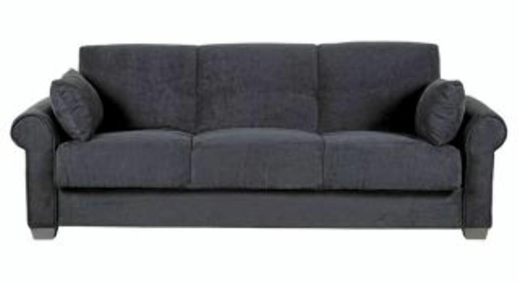 <strong>MARITIMT:</strong> Støvet blå sofa fra Bohus som passer godt på sommerhytta. Perfekt å kombinere med røffe tremøbler og elementer i sink. Frisk opp med puter i syrin for å gi en fargeklatt. Foto: Produsenten