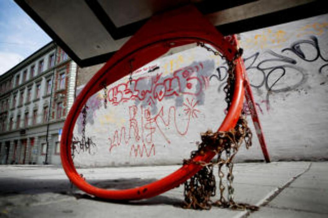 <strong>TAGGET NED:</strong> Dette bildet er tatt på Grønland. En basketballkurv er falt ned på lekeplassen. Foto: JON TERJE HELLGREN HANSEN/DAGBLADET