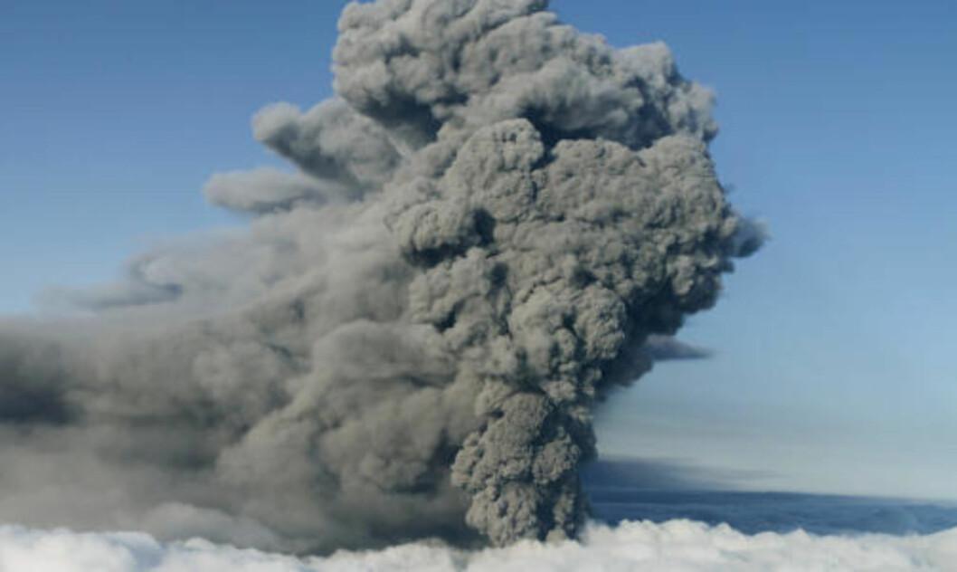 SPYR FORTSATT ASKE: Dette bildet ble tatt over vulkanen Eyjafjallajokull på Island den 17. mai. Fortsatt spyr vulkanen ut aske. FOTO: REUTERS/Ingolfur Juliusson