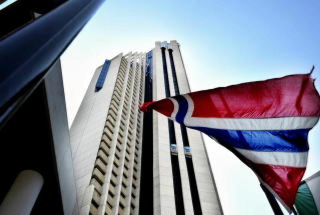 <strong>TA HEISEN:</strong>  De to utvendige heisene (som synes rett under det norske flagget) tar deg kjapt opp til 43. etasje. Foto: John Terje Pedersen