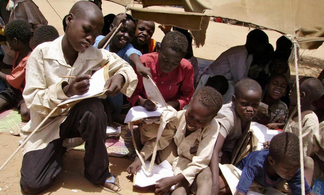 <strong>HØY BARNEDØDELIGHET:</strong> Barn som fødes i land som Tsjad, Mali eller Nigeria har nærmere 60 ganger så høy risiko for å dø før de fyller fem år som det barn i Skandinavia har. Bildet er tatt i en flyktningeleir ved Goz Beida i Tsjad. Foto: AFP PHOTO/Martin VAN DER BELEN