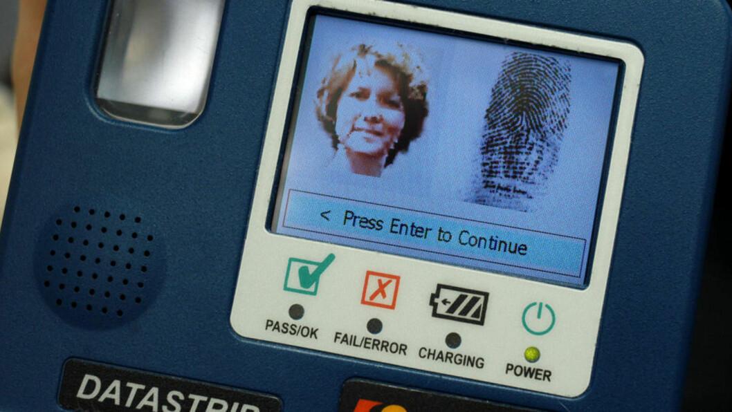 <strong> SNUR:</strong>  Den britiske innenriksministeren annonserte i dag å skrinlegge systemet med obligatoriske identitetskort og fingertrykksinformasjon i pass. Bildet viser skjermbildet på en «DSVerify2D», et apparat konstruert for å lese av identitetskort som pass og førerkort. Foto: Scanpix/ William Thomas Cain